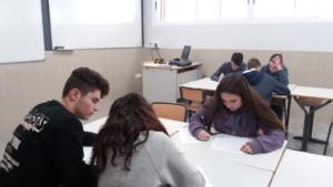 Alumnes realitzant proves matemàtiques.